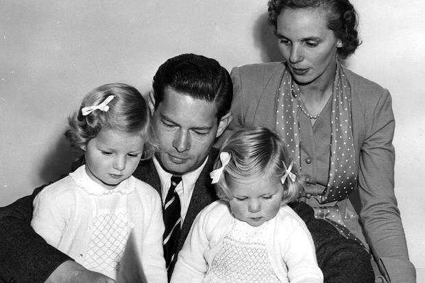Regele Mihai şi Regina Ana, alături de fiicele lor cele mari, Margareta şi Elena.