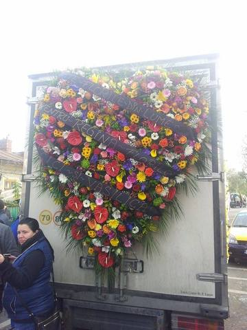 """Bambina, """"Regina florareselor"""" are cele mai mari coroane de flori pe care le-ai vazut in viata ta! Uite cum este condusa la cimitir"""