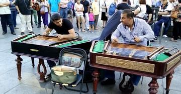 VIDEO Tiganii fac furori in centrul Madridului! Toata lumea ii filmeaza - Canta dumnezeieste la tambal