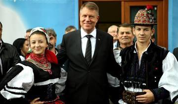 """FOTO COMPARATIV! Cat de mult s-a ingrasat Iohannis de cand e presedinte! Seful statului n-a mai avut timp sa faca sport! Sacoul """"ii pocneste"""" acum pe burta!"""