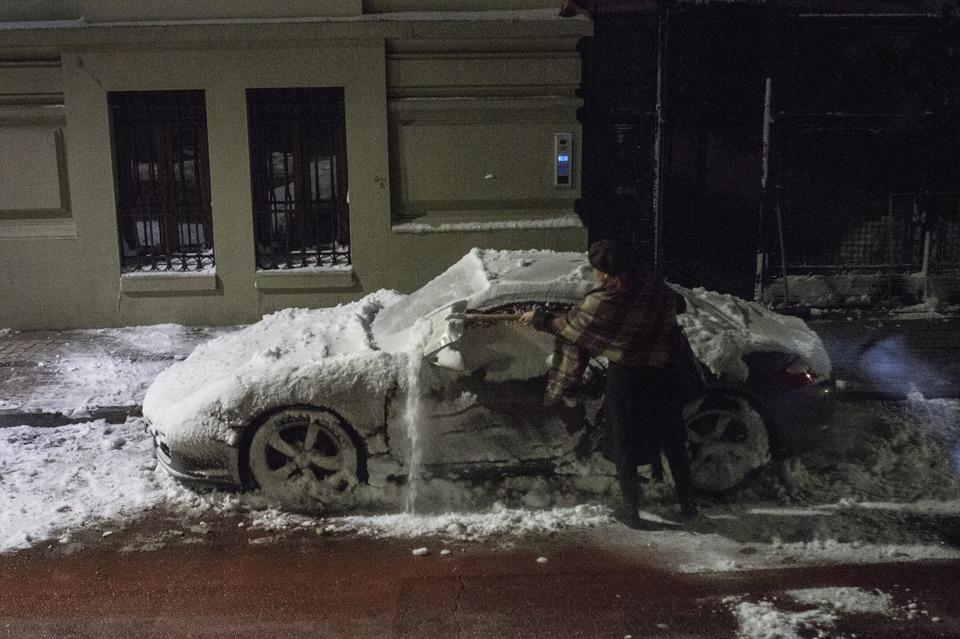 Dumnezeule mare! Uite cu ce isi curata tipa asta Porsche-ul de zeci de mii de euro! Asa s-a gandit ea sa isi deszapezeasca bolidul razuind-o bine cu....