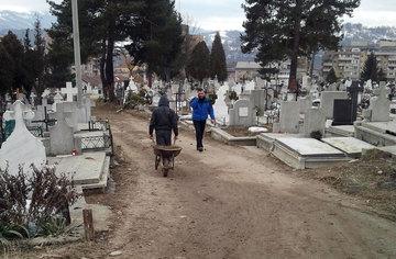 Cum iti poti pierde mortul din cimitir! Crestinul care nu plateste taxele ramane fara osemintele rudelor! Legea funerara are multe prevederi care-i privesc pe preoti, dar acelea nu se aplica!