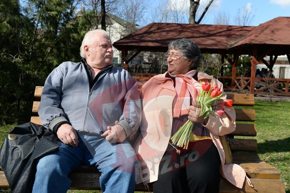 VIDEO EXCLUSIV! Gestul emotionant al unui batranel, in plina strada, pentru sotia lui! I-a oferit lalele de 8 Martie, asa cum o face de jumatate de secol! Citeste povestea lor, dupa 55 de ani de casnicie!