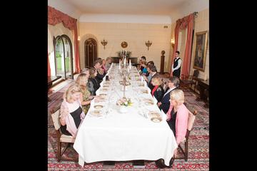 FOTO   Incredibil! Pana si la mesele oficiale de la Casa Regala sunt amplasate produse pentru reclama! Printre farfurii de portelan cu emblema regala, apare si un mic recipient de plastic cu condiment