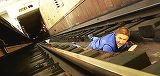 Ai cazut intre sinele de la metrou? Uite ce trebuie sa faci!