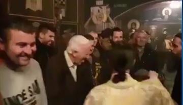 Moment amuzant in biserica! Ce facea preotul in timpul slujbei? Crestinii nu s-au mai putut abtine si au izbucnit in ras