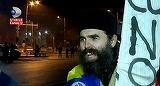 """A treia noapte de proteste a fost pasnica! Un preot, in strada in haine bisericesti: """"Am venit sa ma rog, in general, pentru exorcizarea politicii romanesti si pentru exorcizarea Guvernului"""""""