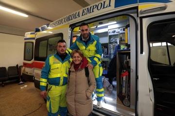 """O asistenta si doi voluntari italieni au indeplinit ultima dorinta a unei bacauance """"Vreau sa mor acasa!"""" Au adus-o din Italia cu o ambulanta in 25 de ore! Dupa ce a ajuns acasa, femeia a murit"""