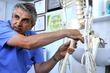 """Pacienta-""""experiment"""" a doctorului Gheorghe Burnei a plecat in Germania, pentru a fi vazuta de specialisti! """"Medicii de aici au ramas socati!"""" Amira are capul femural necrozat si fractura de pelvis"""
