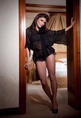 """Sexy-deputata care si-a facut selfie in Parlament e super-bogata! Andreea Cosma are 3 case, bijuterii de 80.000 dolari si si-a imprumtat un prieten cu 250.000 euro! Tatal ei este """"baron local"""" in Ploiesti"""