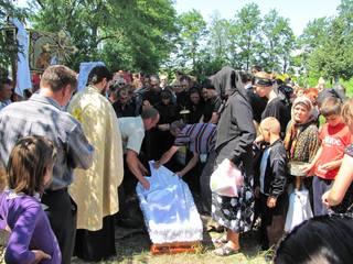 "Cazul care a uluit cativa sateni din Romania! O fata a inviat la propria inmormantare: ""Parinte, parinte, vine incoace...nu te teme"""