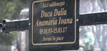 Imagini sfasietoate de la inmormantare Daliei, tanara din Oradea impuscata mortal de fostul iubit. Mama fetei, prabusita de durere peste cosciug