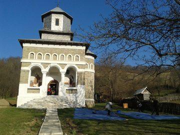 Biserica vandalizata in Bacau! Hotii care au dat spargerea in lacasul sfant s-au semnat la sfarsit cu SATANA