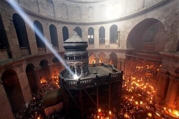Lumina Sfanta s-a aprins sambata in Biserica Mormantului Sfant din Ierusalim. Cand ajunge in Romania