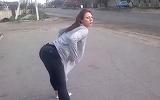 S-a pus in mijlocul strazii si a inceput sa danseze lasciv! Ce-a patit un motociclist cand a trecut pe langa ea