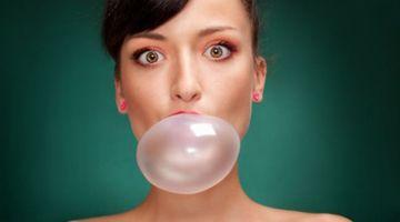 Guma de mestecat, cel mai toxic produs de la rafturile alimentare! De ce nu trebuie sa o mai consumi