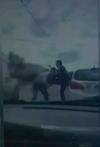 Scene teribile surprinse în Capitală! Au oprit maşinile în mijlocul drumului şi şi-au împărţit pumni în trafic