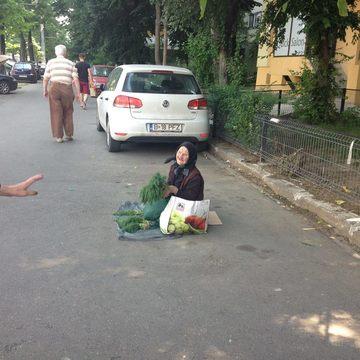 O batranica vinde marar la Obor si nu accepta bani de pomana! Povestea ei a emotionat o tara intreaga