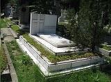 Un barbat si-a ingropat ambele sotii in acelasi mormant. Ce a putut sa scrie pe piatra funerara? Trecatorii se opresc mereu in fata mormantului