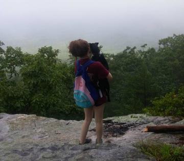 O fotografie i-a adus moartea! O tanara de 18 ani, impinsa de pe stanca de catre iubitul ei in timp ce voia sa fotografieze peisajul