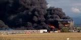 Incendiul de la fabrica din Orastie nu a fost stins in totalitate nici dupa 12 ore. Autoritatile au evacuat sute de oameni