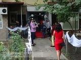 Nuntaşi, amendaţi de poliţiştii din Galaţi după ce cortul a fost pus pe spaţiul verde, între blocuri! Invitat special era Adrian Minune