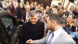 O jurnalista a fost lovita cu capul de bordura de catre sustinatorii lui Pomohaci! Mai multi reporteri au fost agresati