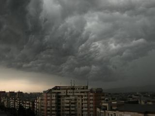 Meteorologii avertizeaza! Nu iesiti din casa dupa ora 17.00! Care vor fi zonele afectate de furtuna si vijelii