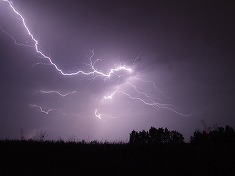 Ce sa nu faci niciodata daca furtuna te prinde afara! Poti fi lovita de fulger