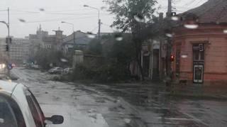 Un barbat de 32 de ani A MURIT dupa ce a fost luat de vant! URGIA A INCEPUT! PRIMA VICTIMA a furtunii devastatoare de astazi!