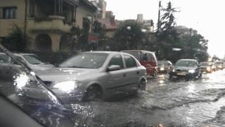 Ploaia puternica a facut ravagii in tot orasul! Imagini de necrezut! Doamne, e potop