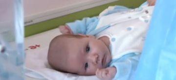 Povestea emotionanta a micutului Luca, bebelusul gasit intr-un sac si aruncat pe malul apei. Cine sunt acum nasii de botez ai copilului