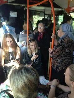 Cercetatorii britanici: Nu e bine sa le oferim batranilor locul de pe scaun in autobuz
