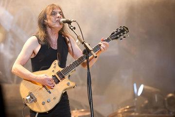 Doliu în muzică! Malcolm Young, cofondatorul trupei AC/DC, a murit la 64 de ani