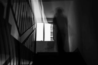 Semne care iti dau de inteles ca dormi in casa cu spiritul unui om mort. Totul incepe cu o pana de curent, iar apoi...