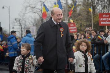 Traian Basescu si-a adus nepoteii la parada de 1 Decembrie! Sofia Anais, Traian Junior si Radu au privit fascinati desfasurarea de forte de Ziua Nationala a Romaniei!