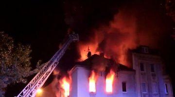 ALERTA: O cladire plina cu romani a fost incendiata intentionat! Mai multe persoane sunt in stare grava