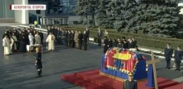 Avionul cu sicriul Regelui Mihai a aterizat pe Aeroportul Otopeni. Fostul principe Nicolae si logodnica lui se afla printre cei prezenti la ceremonie