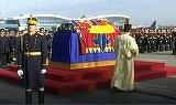 Ceremonie emotionanta pe aeroport la aducerea Regelui Mihai in tara!