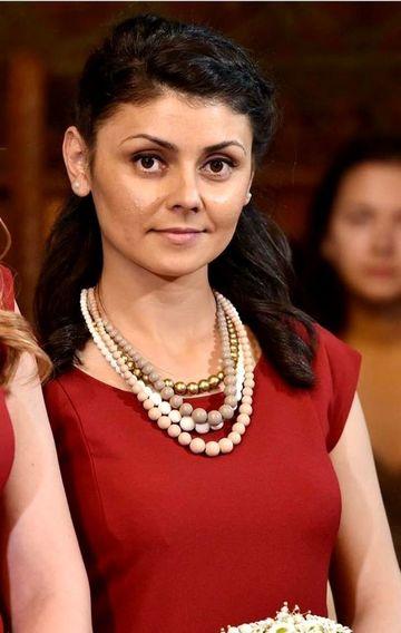 In sicriu alb, imbracata in rochie de mireasa! Asa a ajuns Alina Ciucu in satul natal, unde zeci de oameni au asteptat-o