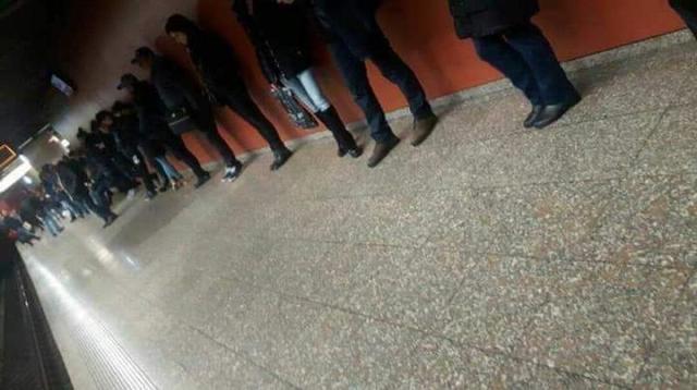 """Imaginea zilei la metrou, in Bucuresti! """"Toata lumea este lipita de perete, e fenomen"""""""