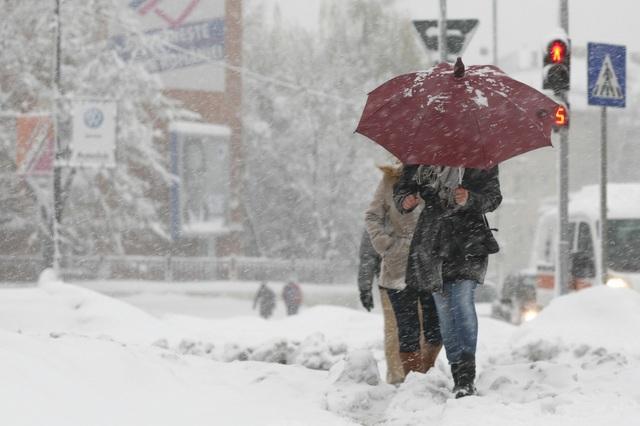 Iarna îşi intră în drepturi! Ploile şi viscolul pun stăpânire pe numeroase judeţe ale ţării!