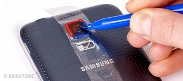A pus banda adeziva pe camera smartphone-ului, apoi a colorat-o in rosu si albastru - Vei incerca trucul asta imediat