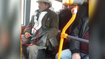 Imagini socante dupa crima de la metrou! Un barbat a fost filmat cu un cutit intr-un autobuz RATB