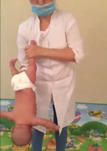 """O asistenta de la maternitate, filmata in timp ce facea """"cascadorii"""" cu un bebelus! Imaginile care i-au surprins pe toti"""