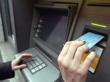 Ei sunt romanii care isi baga cardurile de sanatate in bancomat. Ce se intampla dupa e halucinant