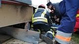 O fată de 12 ani, prinsă sub tramvai! Eleva a fost transportată în stare gravă la spital
