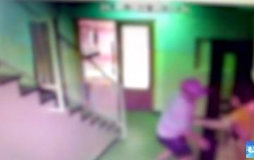 Dovada clara ca nu vaneaza doar copii! Eugen Stan, surprins in timp ce a ingramadit o femeie la lift si i-a pus mana sub fusta