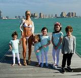 E cea mai slabă mamă din lume! A născut cinci copii în şase ani şi se mândreşte cu un trup fenomenal