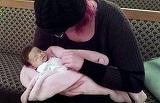 "O mama indurerata s-a pozat asa cu fetita ei moarta de 5 zile. ""Toti parintii ar trebuie sa faca asta"" Motivul e sfasietor"